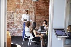 Положение бизнесмена для того чтобы адресовать встречу зала заседаний правления Стоковое Фото