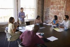 Положение бизнесмена для того чтобы адресовать встречу зала заседаний правления Стоковое Изображение