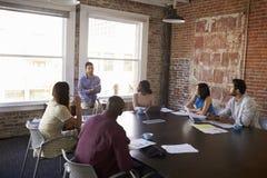 Положение бизнесмена для того чтобы адресовать встречу зала заседаний правления Стоковая Фотография