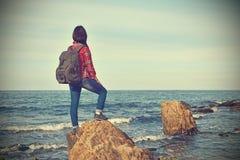 Положение девушки туристское на утесе Стоковые Изображения