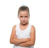 положение и оскалы маленькой девочки озорн к камере стоковые изображения rf