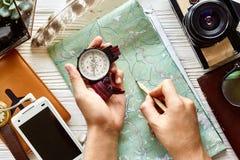 Положение квартиры концепции Wanderlust и перемещения рука держа компас и Стоковое Фото