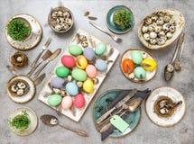 Положение квартиры яичек таблицы пасхи покрашенное украшениями Стоковые Изображения RF