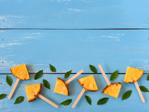 Положение квартиры popsicle ананаса куска Стоковое Изображение RF