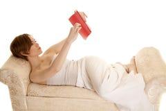 Положение Красной книги платья латинской женщины белое Стоковые Фотографии RF