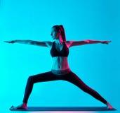Положение ратника Virabhadrasana йоги женщины Стоковое фото RF