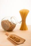 Положение спагетти пшеницы связанное в опарнике пачки и стекла заполнило острословие Стоковая Фотография