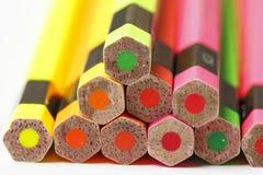 Положение Crayons на поле выровнялось вверх по несколько Стоковое Фото