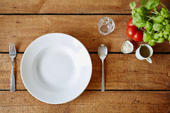Положенная рестораном плита таблицы и свежее украшение Стоковая Фотография RF
