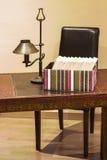 Положенные в коробку книги на столе Стоковое Изображение
