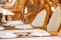 Положенные таблицы в кафе лета Стоковое Изображение RF