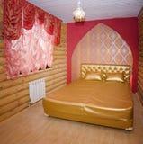 положите белизну в постель стены подушки nightstand светильника части спальни роскошную Стоковая Фотография RF