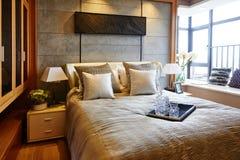 положите белизну в постель стены подушки nightstand светильника части спальни роскошную Стоковые Изображения