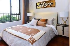 положите белизну в постель стены подушки nightstand светильника части спальни роскошную Стоковые Изображения RF