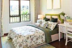положите белизну в постель стены подушки nightstand светильника части спальни роскошную Стоковая Фотография