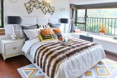 положите белизну в постель стены подушки nightstand светильника части спальни роскошную Стоковое фото RF
