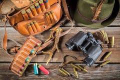 Положите в мешки с пулями, биноклями и шляпой в охотничьем домике Стоковое Фото