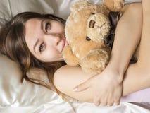 положите девушку в постель Стоковое Изображение