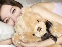 положите девушку в постель Стоковая Фотография RF