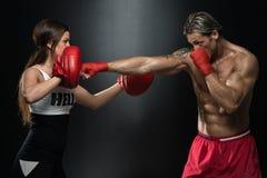 положите детенышей в мешки женщины съемки человека пригодности пар камеры бокса горизонтальных смотря Стоковое фото RF