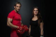 положите детенышей в мешки женщины съемки человека пригодности пар камеры бокса горизонтальных смотря Стоковая Фотография