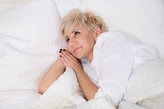 положите женщину в постель Стоковое Изображение RF