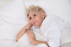 положите женщину в постель Стоковое Фото