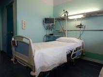 положите мать в постель зеленого стационара маленькую около newborn s Стоковые Изображения