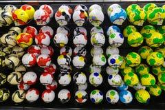 Положите на полку вполне футболов с красочной картиной 2014 темы ФИФА Стоковое фото RF