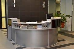 Положите на полку для администратора в зале офисного здания Стоковые Изображения RF