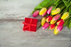 положите подругу в коробку подарка дня давая его человеку красный s к детенышам Валентайн Стоковые Фото