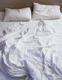 Положите подушки и одеяло в постель тюфяка messed вверх по взгляд сверху Стоковые Фотографии RF