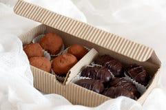 положите шоколады в коробку Стоковое фото RF