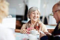 Положительная бабушка с ее друзьями Стоковые Фото