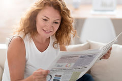 Положительная газета чтения взрослой женщины Стоковые Изображения RF