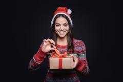 Положительная девушка держа коробку с подарком Стоковое Изображение