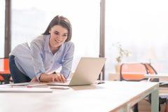 Положительная девушка работая в офисе Стоковые Фотографии RF