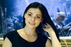 Положительная девушка усмехаясь на камере стоковая фотография
