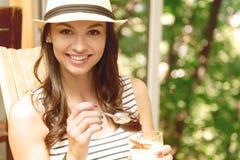 Положительная женщина есть десерт Стоковые Фотографии RF