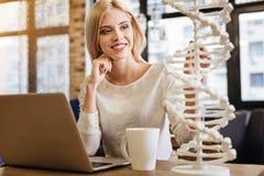 Положительная женщина рассматривая модель дна Стоковые Фото