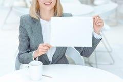 Положительная коммерсантка держа лист бумаги Стоковые Фотографии RF