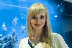 Положительная молодая женщина усмехаясь на камере стоковые фото