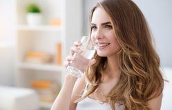 Положительная питьевая вода женщины Стоковые Фото