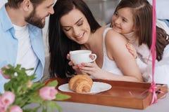 Положительная хорошая смотря женщина имея кофе Стоковая Фотография RF