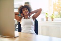 Положительная черная девушка смотря камеру Стоковая Фотография