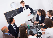 Положительные вдохновенные коллеги обсуждая план новой разработки на Стоковые Изображения