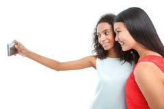 Положительные девушки делая фото Стоковые Изображения RF