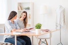 Положительные девушки сидя на таблице Стоковое Изображение RF