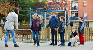 Положительные дети играя в игре веревочки скачки Стоковая Фотография RF