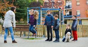 Положительные дети играя в игре веревочки скачки Стоковое фото RF